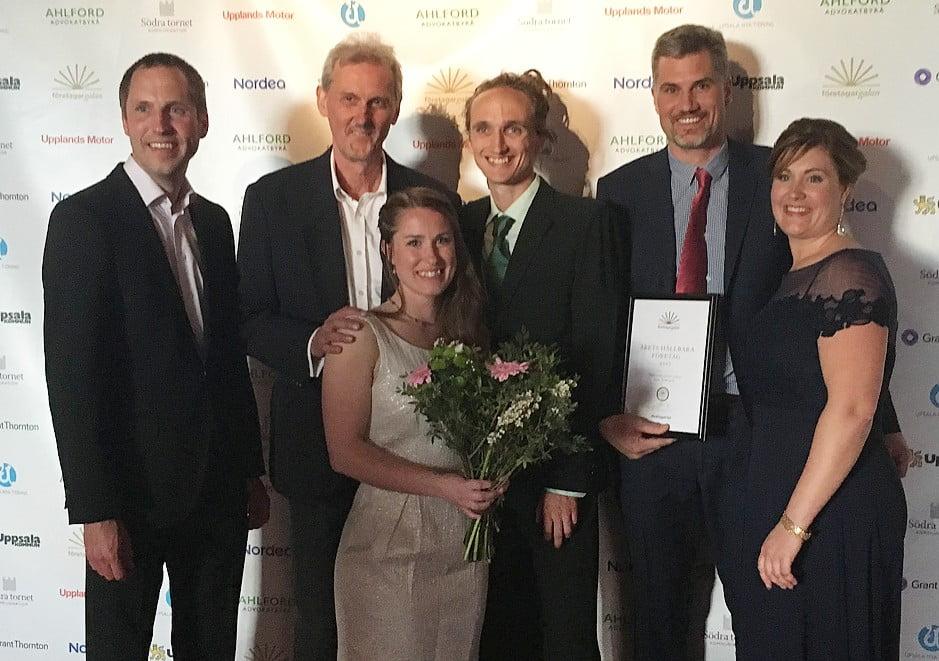 På bilden flankeras Peter, Tova, Hannes och Jonas till vänster av kommunalrådet Erik Pelling och till höger av Anna Molin, vice ordförande Företagarna.